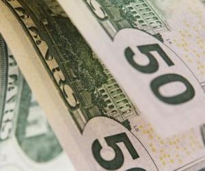 Курс доллара растет, а фондовые рынки напуганы политикой