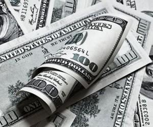 Курс доллара уверенно растет против рубля под давлением политики