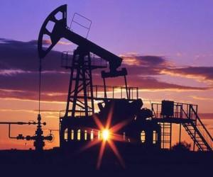 Цена на нефть начала снижение и рубль понемногу сдает позиции