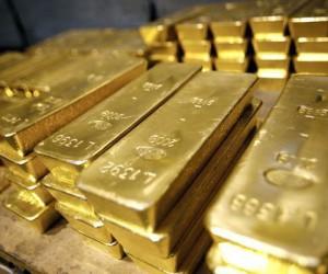 Стоимость золота стремительно снижается на фоне заявлений ФРС