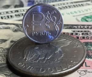 Рубль укрепился на общем негативном фоне