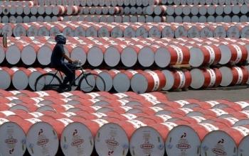 Цена на нефть упала до минимума за полгода