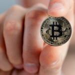 Курс биткоина: Компании массово отказываются от криптовалюты
