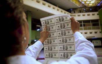 В обменниках подешевели доллар и евро