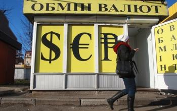 Доллар в обменниках ускорил падение